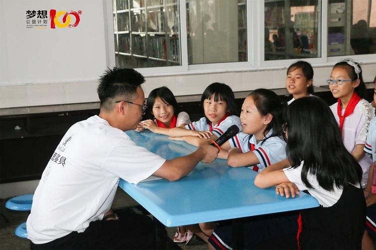 """雨中爱心:慕思""""梦想100分""""公益行走进第49所学校"""